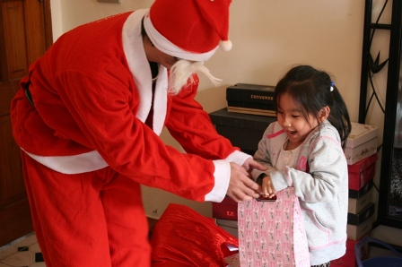 HDE gave gifts to children at Christmas 2011
